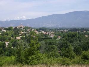 le village de Mormoiron, face au Mont Ventoux